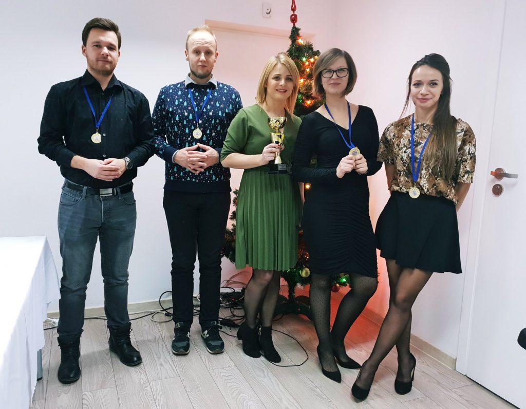 2 programistów, 2 Project Managerki i specjalistka HR z nagrodami za pracę na koniec roku.