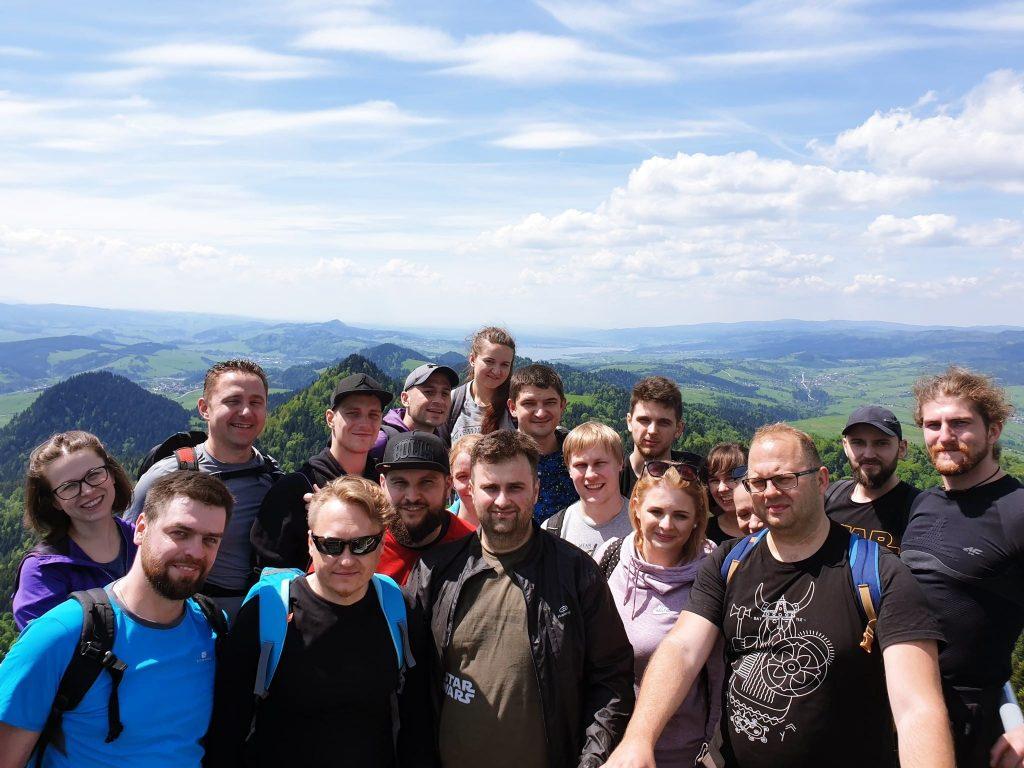 Nasza wesoła ekipa specjalistów IT podczas wspólnej wyprawy w góry.