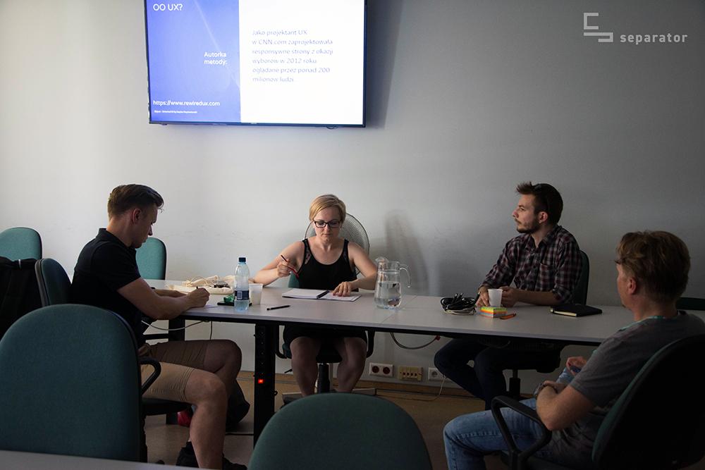 Grupa warsztatowa podczas zajęć z Grzegorzem Pawłowskim, specjalistą UI/UX na temat metody Object Orientent UX.