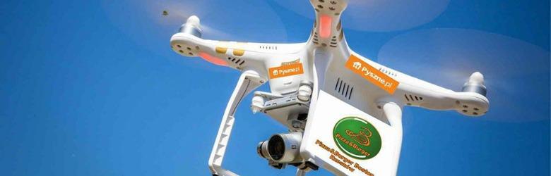 Latający dron, należący do serwisu Pyszne.pl. Dron dowozi jedzenie dla klientów.