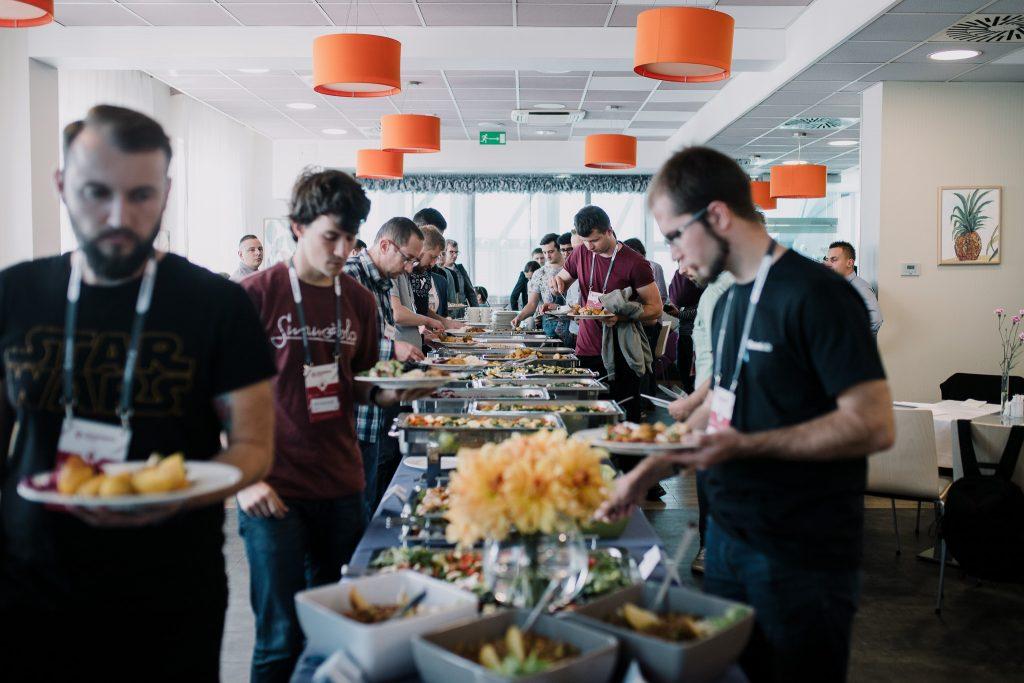 Uczestnicy konferencji podczas obiadu. Po lewej nasz specjalista UI/UX Designer