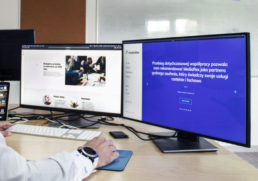 Dwa ekrany monitora przedstawiające obecną stronę firmy Mediaflex